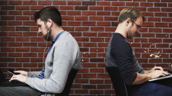 Zwei Männer am Laptop