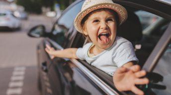 Kind schaut aus Autofenster