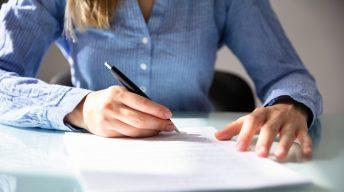 Frau unterschreibt Vertrag