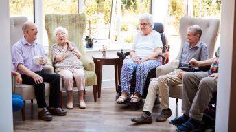 Senioren sitzen im Kreis