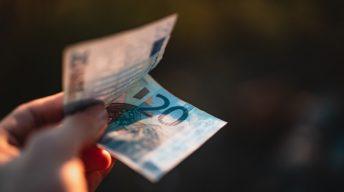 20 Euro Schein in der Hand