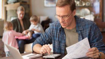 Familienvater rechnet mit Taschenrechner nach