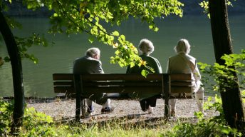 Rentner auf einer Bank