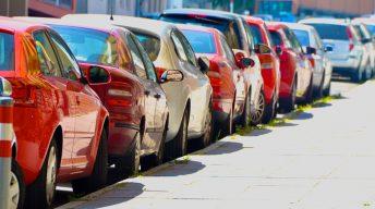 Geparkte Autos am Straßenrand