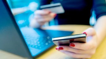 Frau beim Online Banking