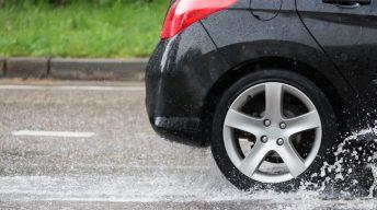 Autoreifen auf nasser Straße