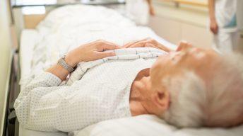 Alte Person im Krankenhausbett