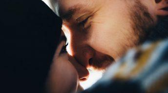 Frau und Mann schauen sich an