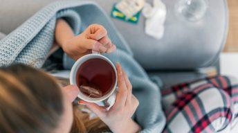 Kranke Frau trinkt Tee