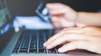 Mann beim Online Banking