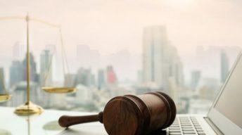 Anwaltshammer liegt auf Laptop