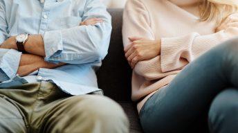 Mann und Frau verschränken Arme