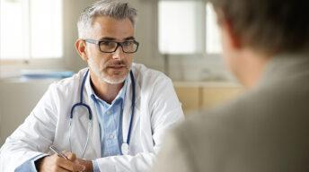 Arzt im Gespräch mit Patient