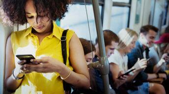 Frau am Smartphone in der Bahn