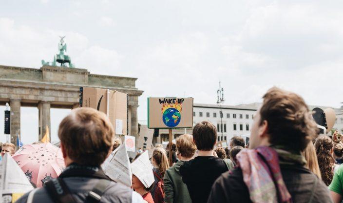 Menschen demonstrieren vor Brandenburger Tor