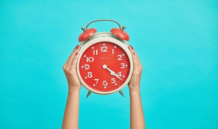 Uhr von Händen getragen