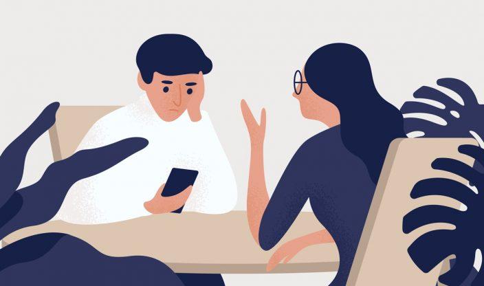 Mann und Frau sitzen am Tisch