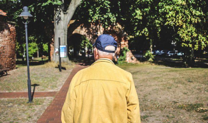 Rentner geht spazieren