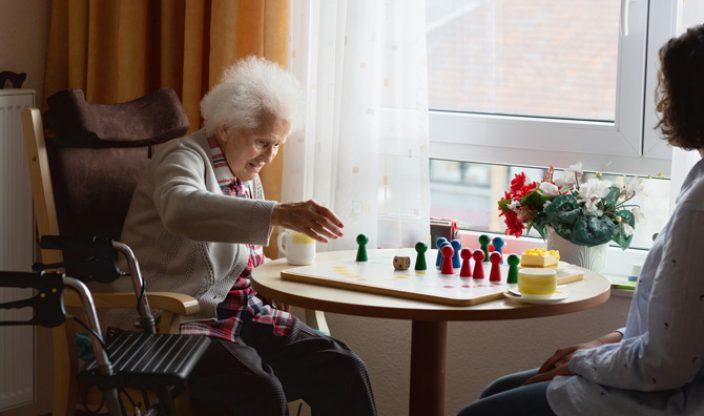 Ältere Frau spielt im Pflegeheim
