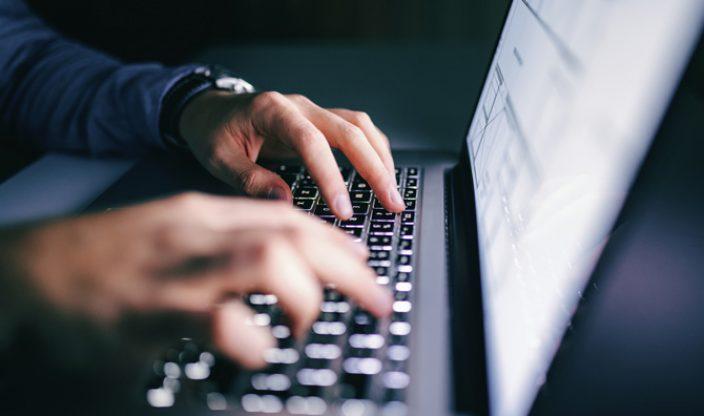 Tippende Hände vor Laptop