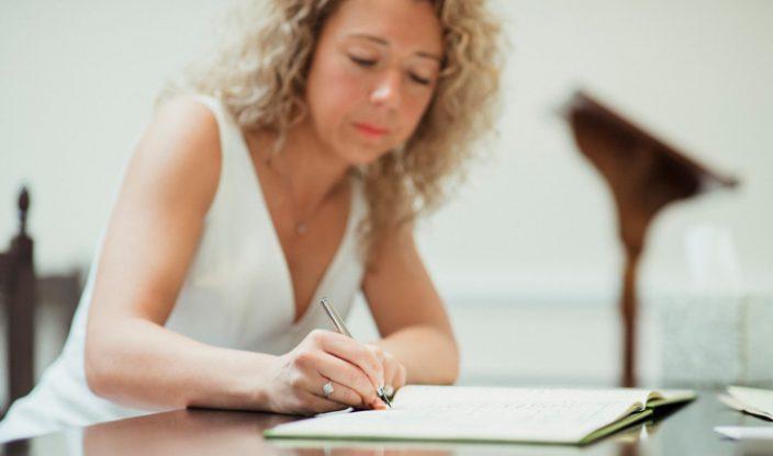 Frau schreibt in Buch