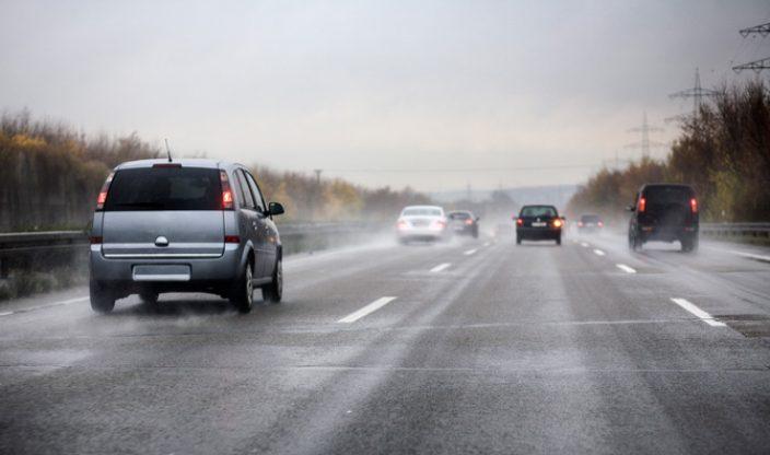 Autos auf regennasser Autobahn