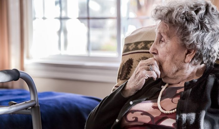 Rentnerin schaut traurig
