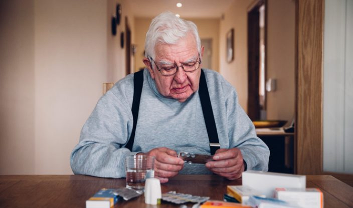 Rentner nimmt Medikamente