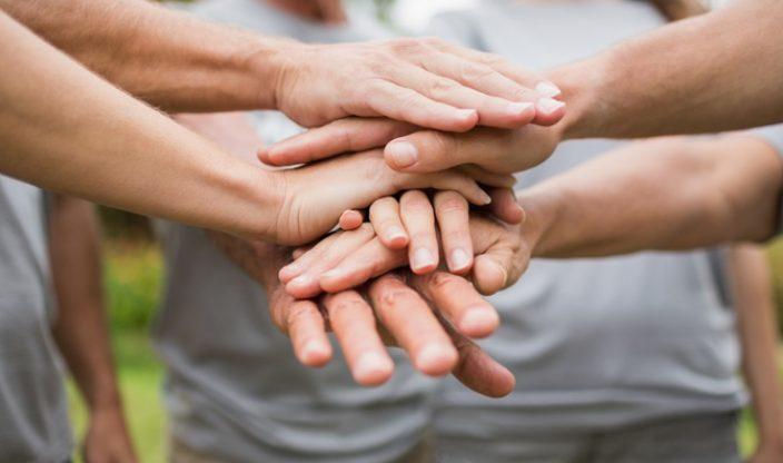 Hände übereinander gelegt