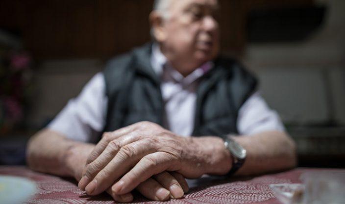 Rentnerhände am Tisch