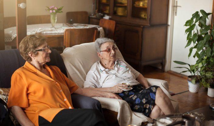 Zwei Frauen schauen fern