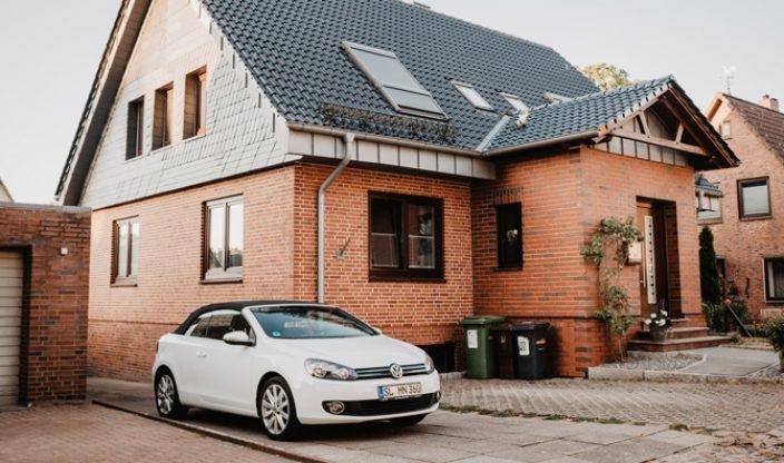 Auto vor Einfamilienhaus
