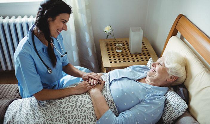 Pflegerin und Pflegeperson unterhalten sich